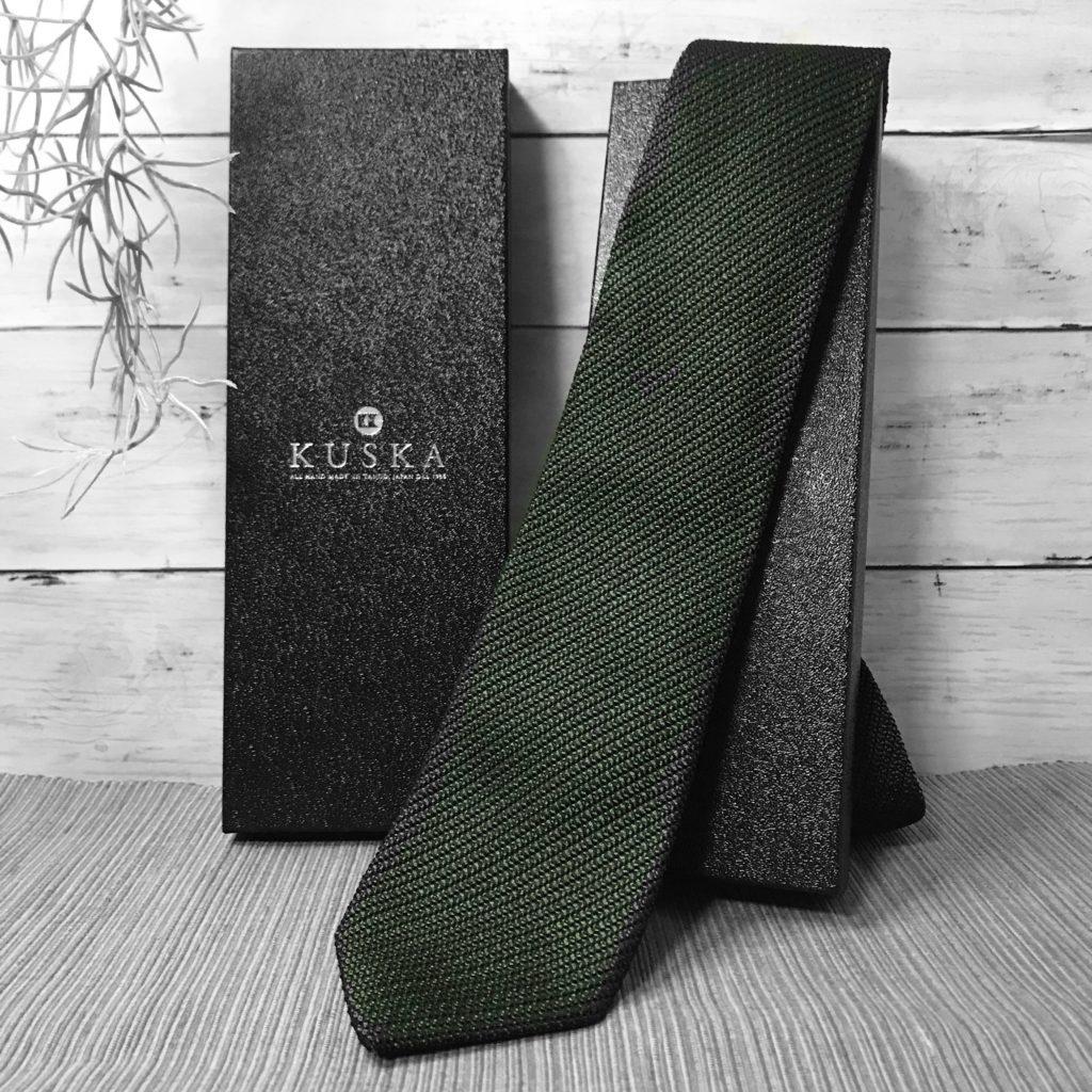 KUSKAのグリーンのネクタイ